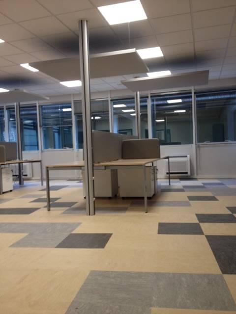 Par le revêtement du sol, les panneaux acoustiques suspendus et les panneaux de séparation de bureau les collaborateurs pourront travailler en toute sérénité.