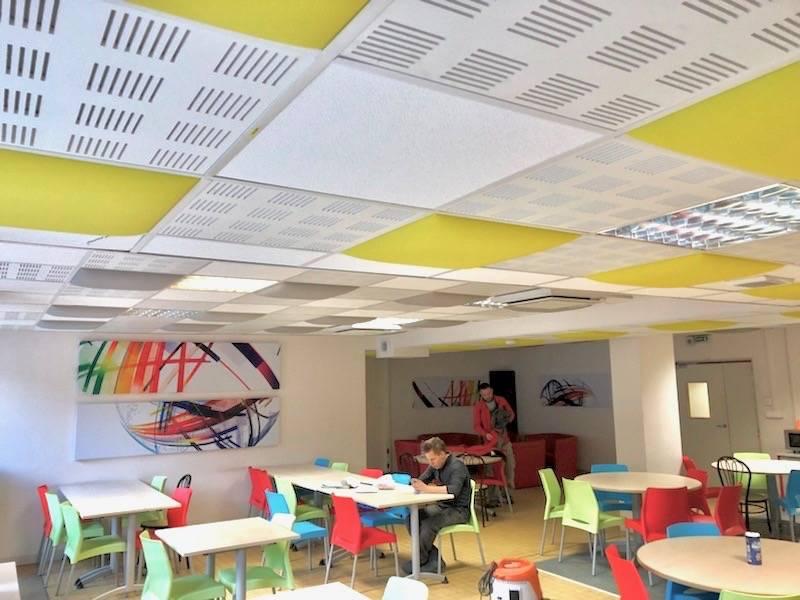Pavés pour faux plafond et panneaux muraux acoustiques.