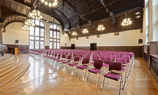 Salle d'assemblée avec les chaises AXO sur Vitrolles