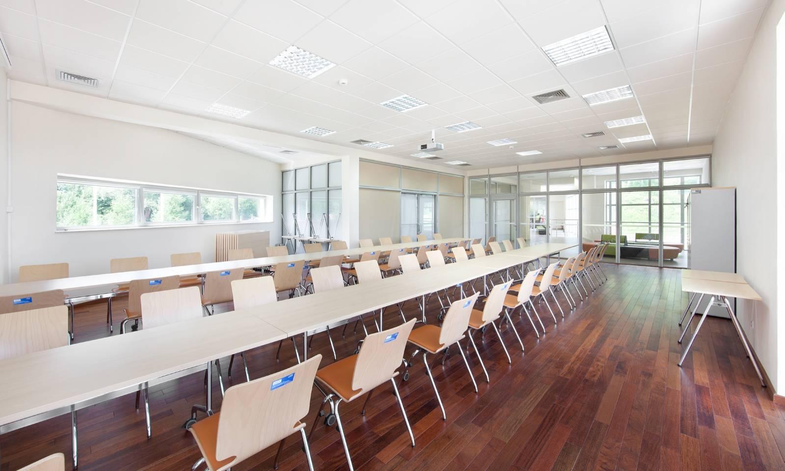 salle de réunion avec chaises AXO sur La Valentine