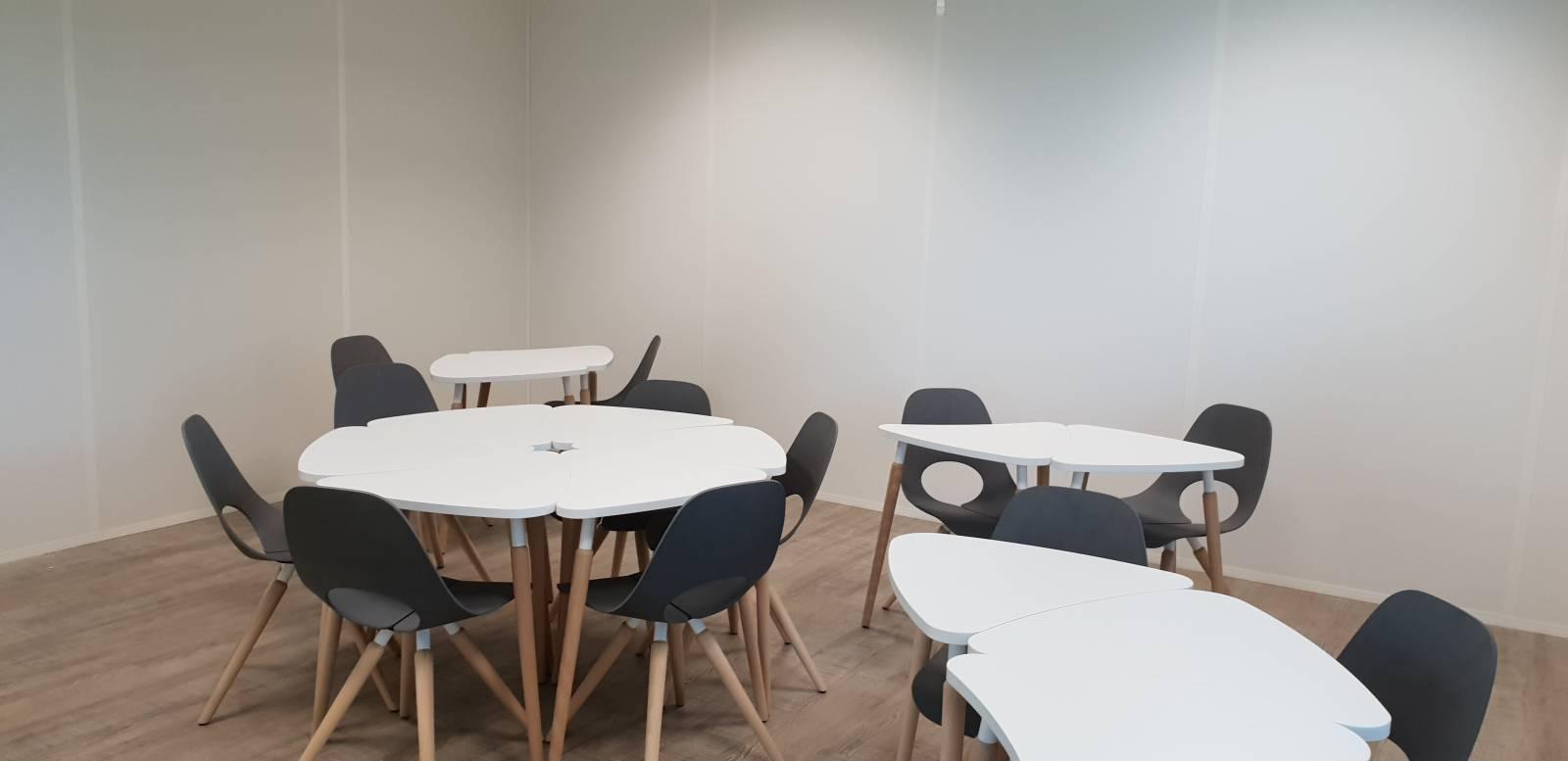 Salle de réunion avec les tables modulables TAUKO pour s'adapter en fonction des besoins du moment . Aix en Provence
