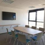 salle de réunion avec table tonneau avec accès cable, chaises avec placet d'assise, meuble de rangement bas sur Marseille