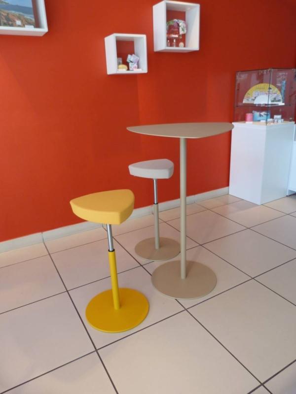 table d'appoint avec tabourets hauts gamme kensho de chez Kastel