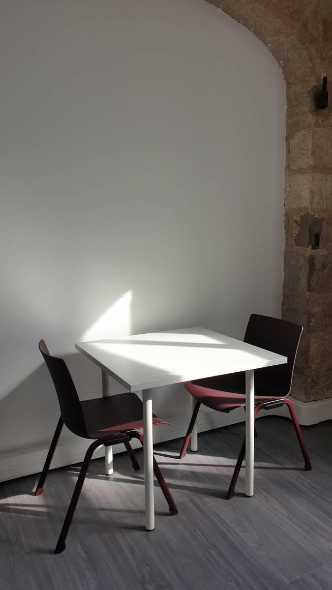Table d'appoint pour la pause café avec 2 chaises en polypropylène sur Marseille