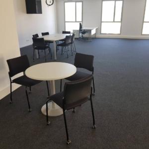 Table d'appoint de réunion pied colonne, chaises visiteurs sur roulettes sur Aix en provence
