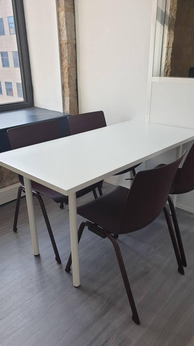 Table et chaises en polypropylène pour un espace cuisine a Marseille