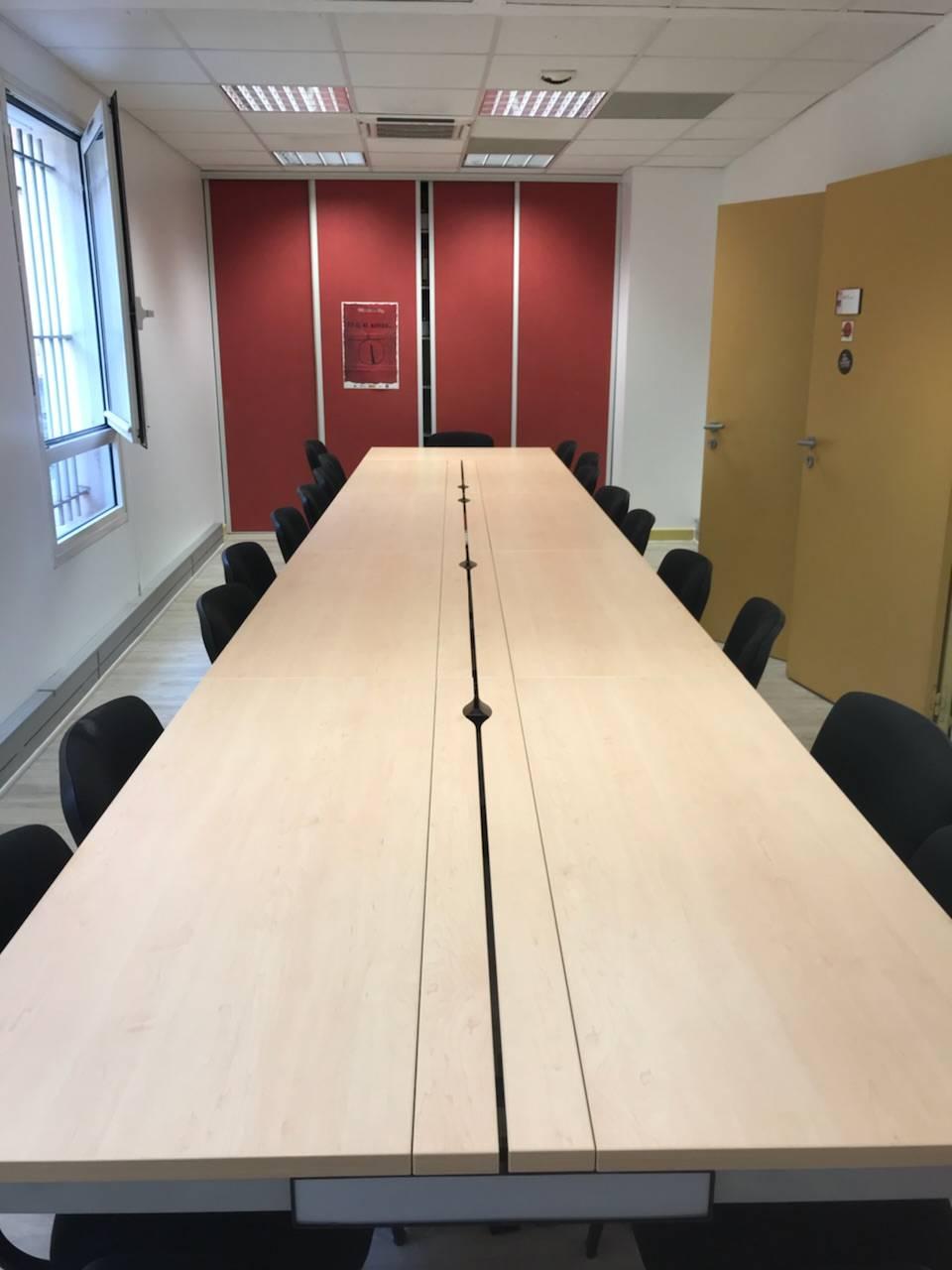 Table de conférence.Accès aux câblage par la trappe centrale, chemin de cable et goulotte verticale présentes sous le plan de travail