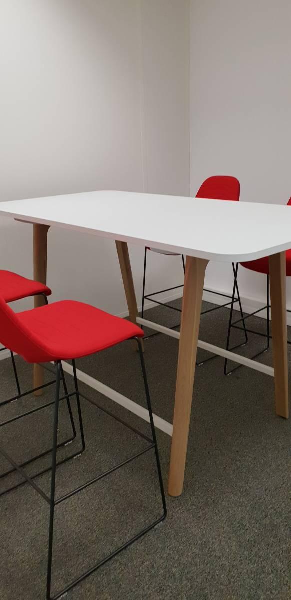 Table haute haut de gamme bois massif avec tabouret hauts haut de gamme pour espace de réunion confidentielle sur Aix en provence