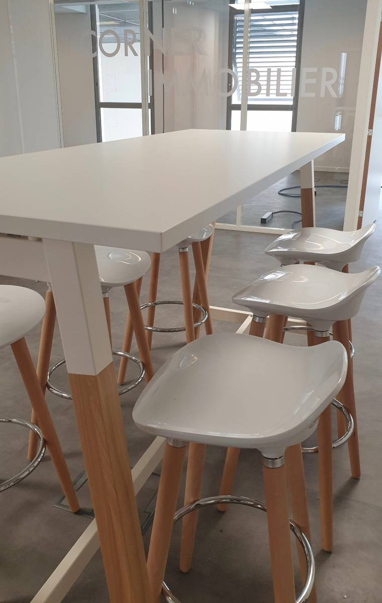Table haute pied bois naturel de chez MDD avec tabourets hauts de chez BURONOMIC sur MArseille