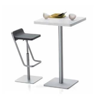 Table mange-debout avec tabouret design repose pied dans le prolongement du dossier sur Toulon