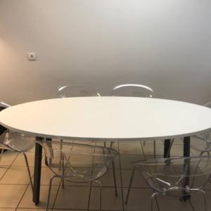 Table ovale pour 6 à 8 personnes pour un espace repas d'entreprise sur marseille
