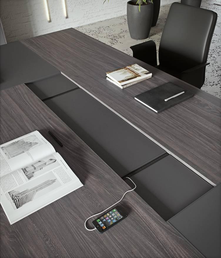 Table de réunion haut de gamme SESSANTA avec bande centrale pour système technologique sur La Ciotat