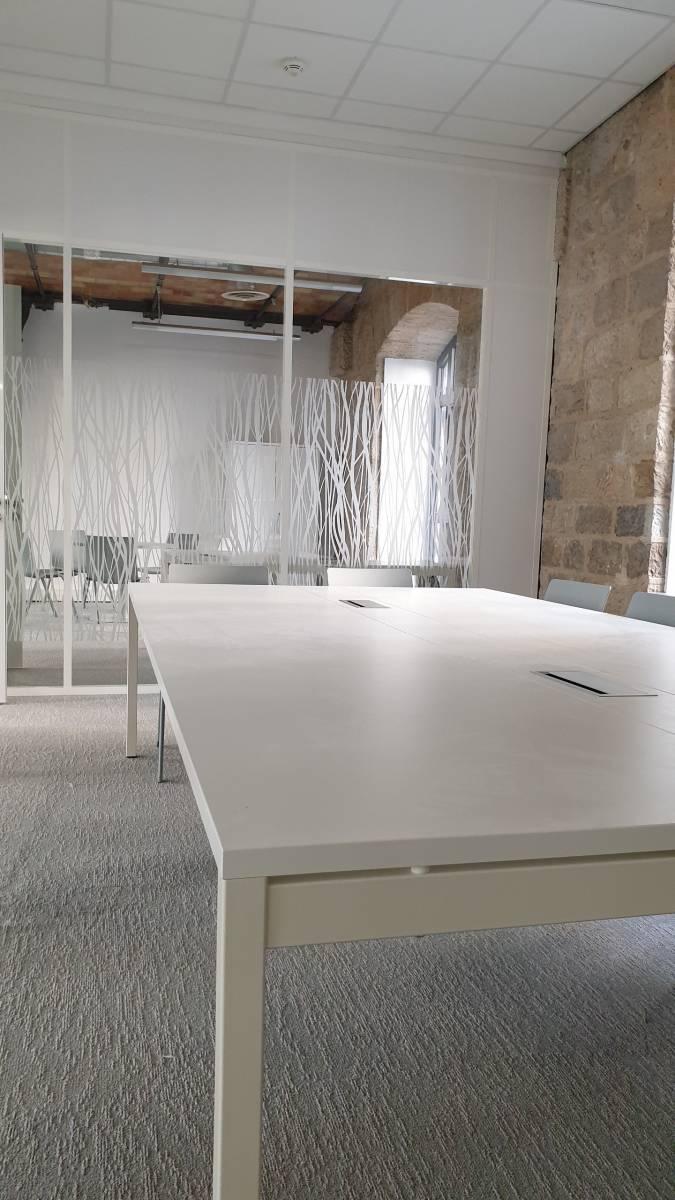 Table de réunion avec trappe et goulotte pour branchement de matériel sur Marseille