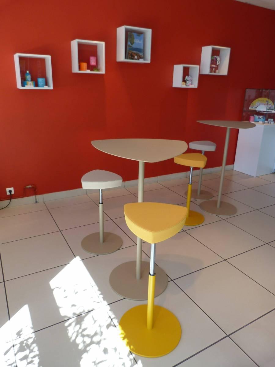 2 tables avec tabourets réglables assortis pour un hall d'accueil
