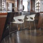 Tabouret design avec chaises assorties pour espace repas et détente sur Aix en Provence