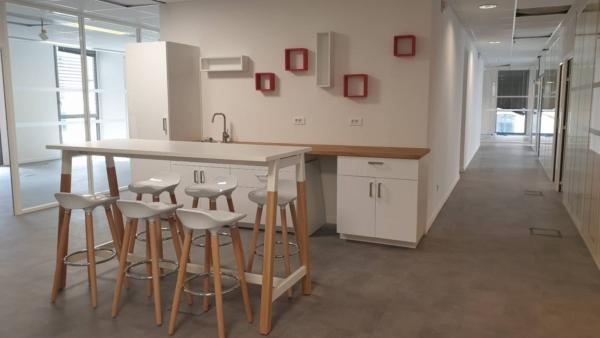 Vue d'ensemble de la cuisine et l'espace d'échange informel avec table haute et tabourets hauts sur Marseille