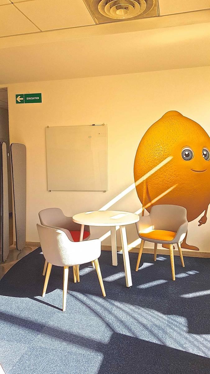 Zone de travail ouvert avec table et fauteuil pour une collaboration efficace