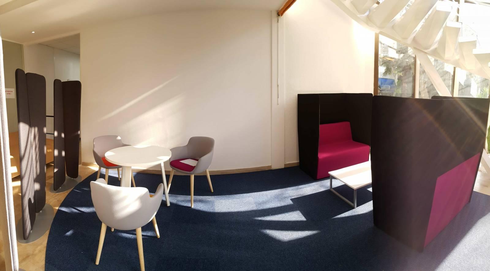 zone d'open meeting avec 3 fauteuils et 2 banquettes acoustiques