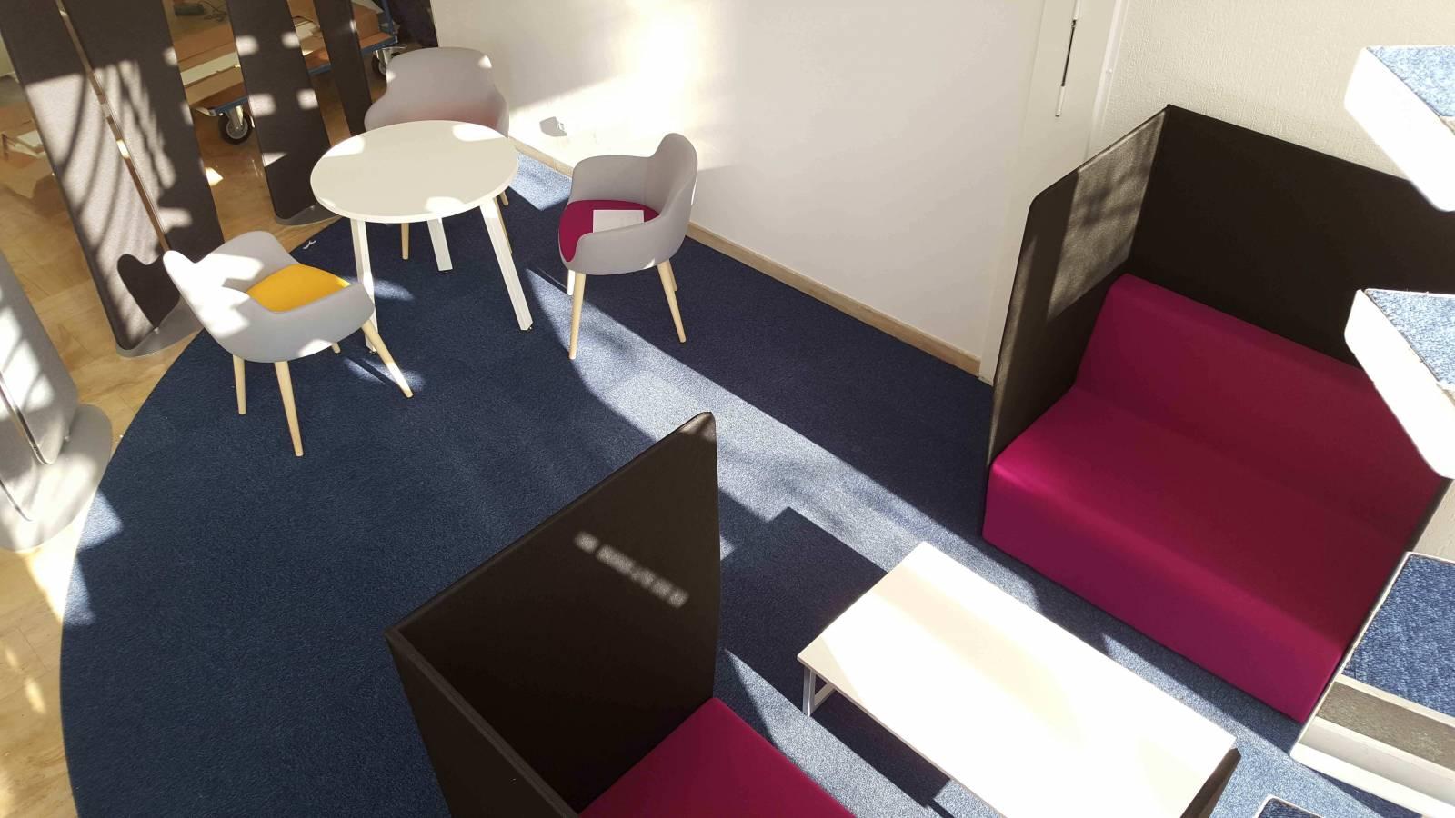Zone d'open meeting sur Aix en Provence avec espace confidentiel et petit salon de travail