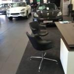 Espace accueil avec fauteuil visiteur chez Porsche