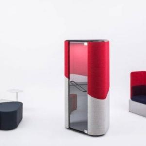 Aménagement avec la cabine acoustique HANA bi-color avec porte en verre, 2 poufs reproduisant la forme de la cabine viennent compléter l'aménagement . Aix en Provence