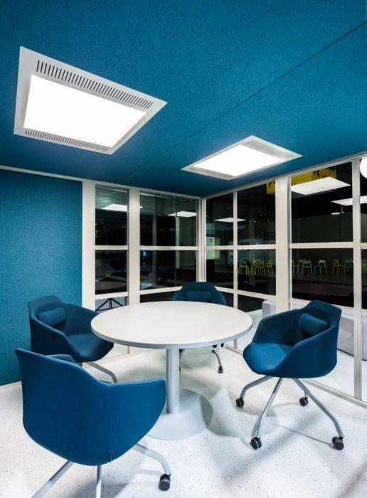 Aménagement intérieur avec éclairage et ventilation d'une cabine acoustique sur Vitrolles