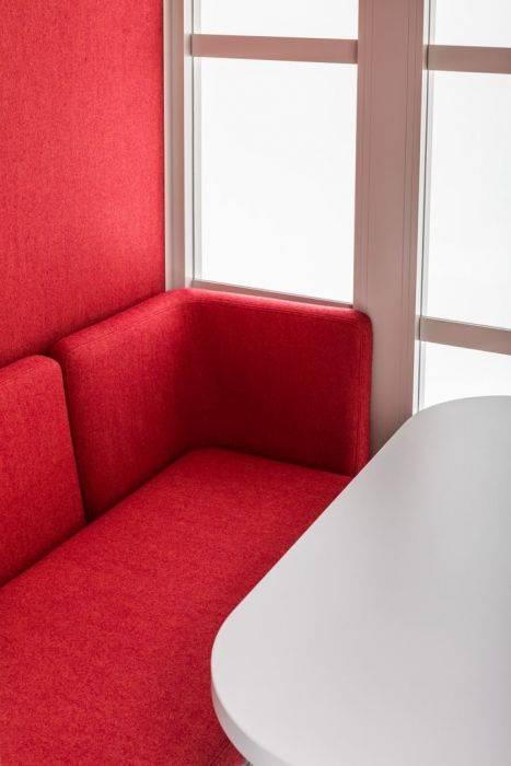 Aménagement intérieur avec banquettes et table d'une cabine acoustique sur La Ciotat