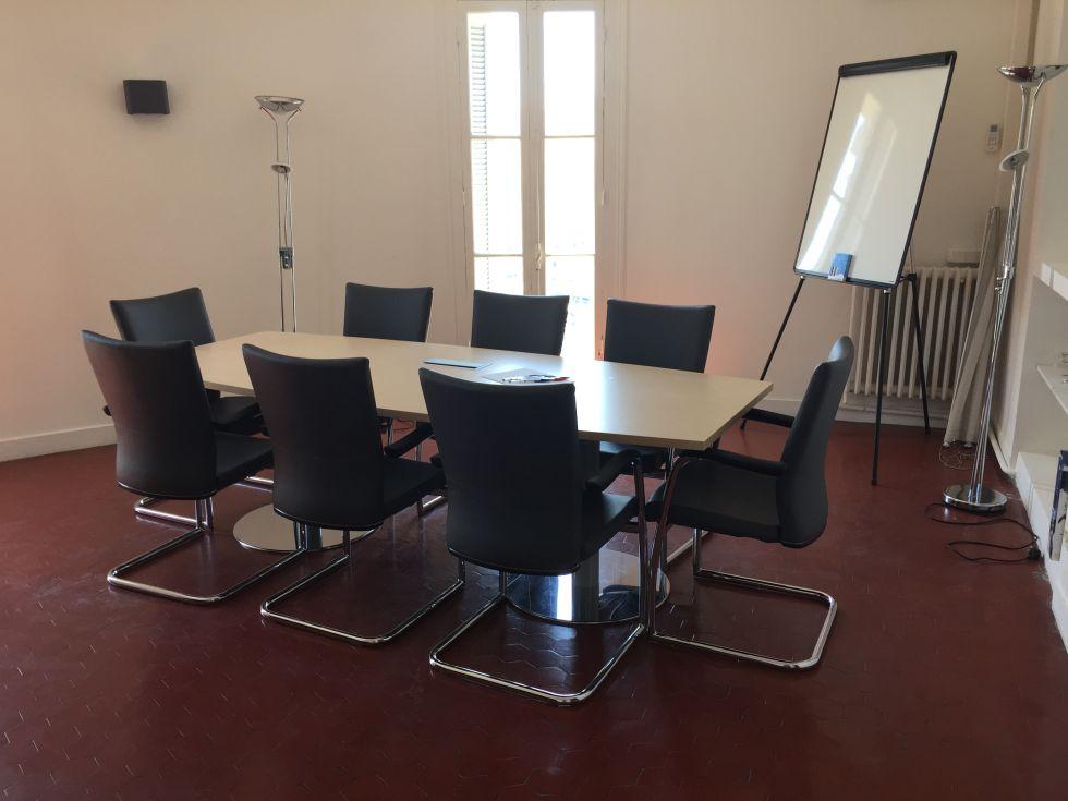 Aménagement table de réunion et sièges pour une salle de réunion sur Marseille