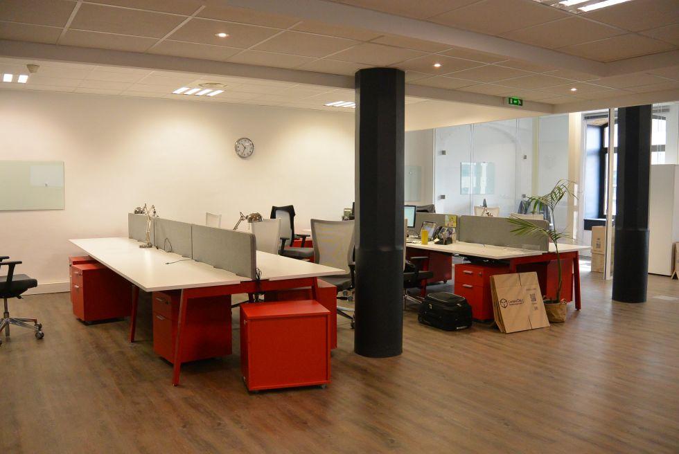 salle de réunion avec table plateau blanc et pied pont rouge , cloisons vitrées toute hauteur et porte vitrée toute hauteur