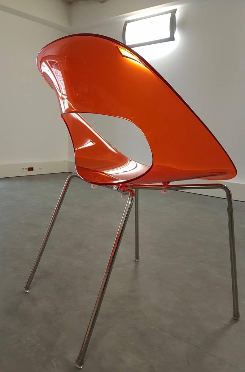 Chaise tendance vintage, la couleur et le matériau glossy . Sur Marseille par LM Déco