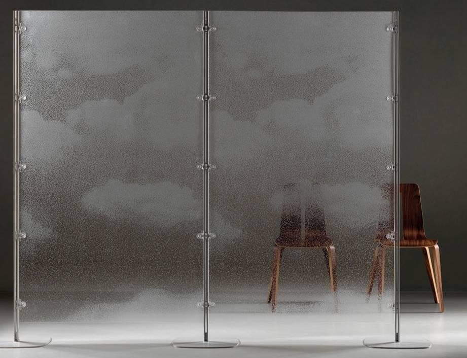 Cloisonnete sur pieds toute hauteur en verre ou plexi avec sérigraphie de chez Caimi sur Marseille