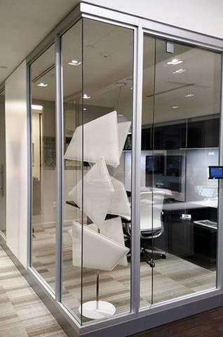 Le vitrage reflète le son, ce totem design permettra de l'absorber et de travailler plus confortablement.Sur Toulon