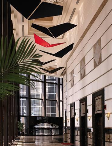 Un vol de papillon dans une circulation ou dans un hall d'accueil avec des panneaux acoustiques design sur Aubagne