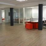 vue de l'open space avec bench et salle de réunion